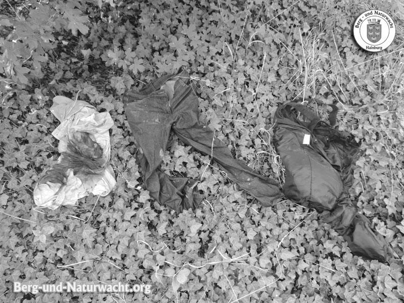 die entsorgte Damenbekleidung in der Hummelstraße | Foto: Berg-und-Naturwacht.org