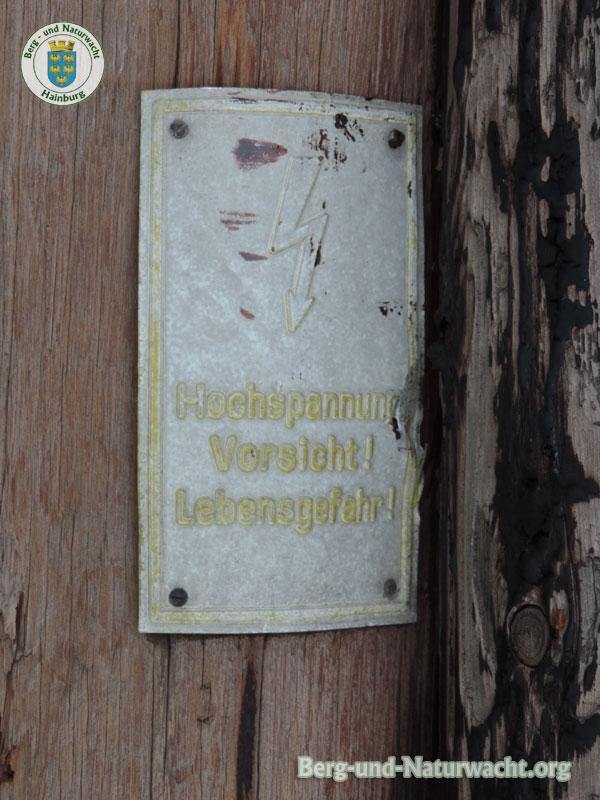 ausrangierte Leitungsmasten sind gefährliche Abfälle | Foto: Berg-und-Naturwacht.org