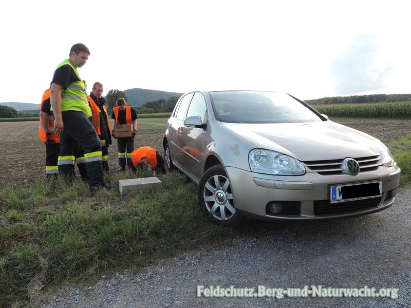 Der Pkw mußte von Feuerwehr aus dem Acker gezogen werden | Foto: Feldschutz.Berg-und-Naturwacht.org